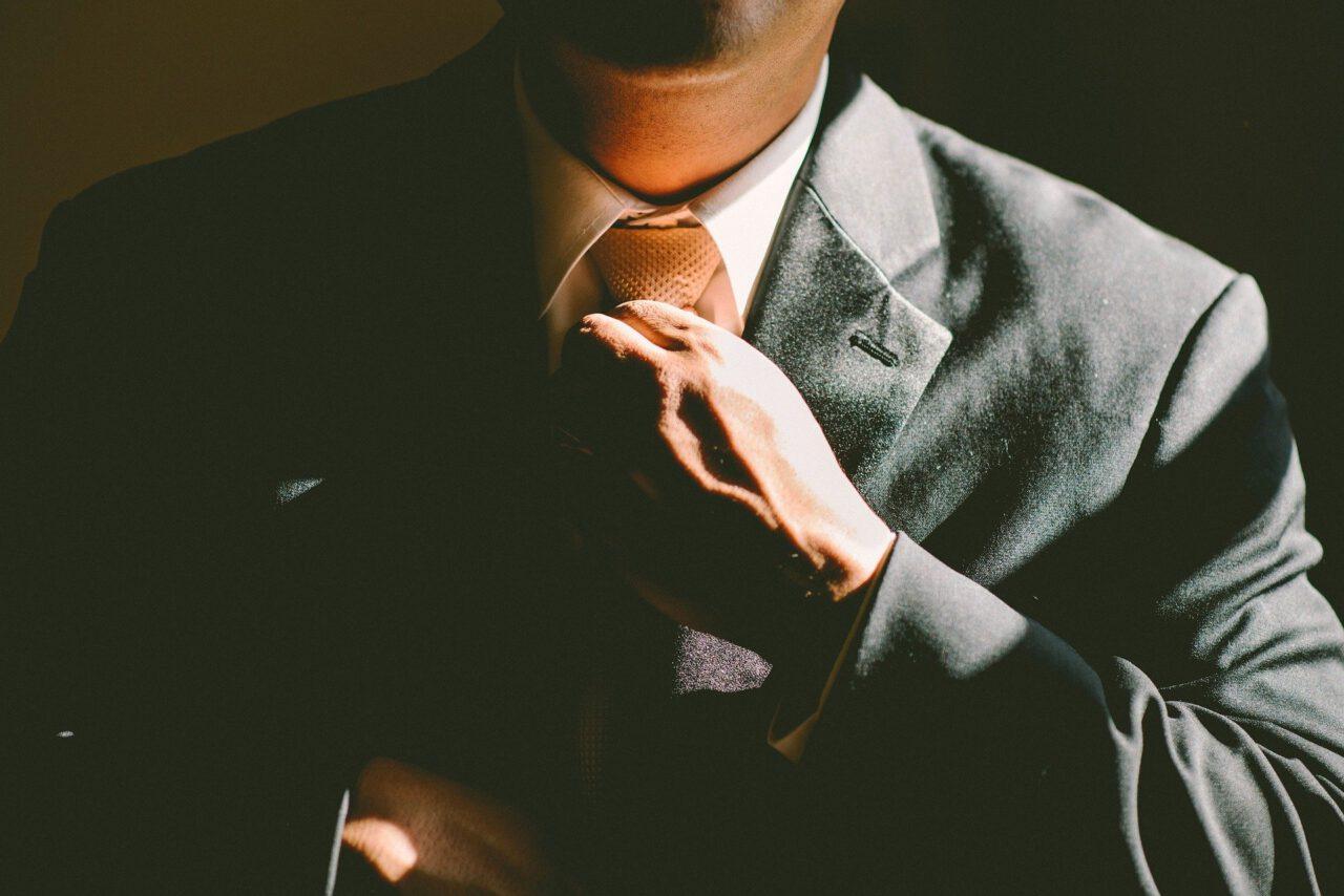 Jak w elegancki i modny sposób nosić garnitur?